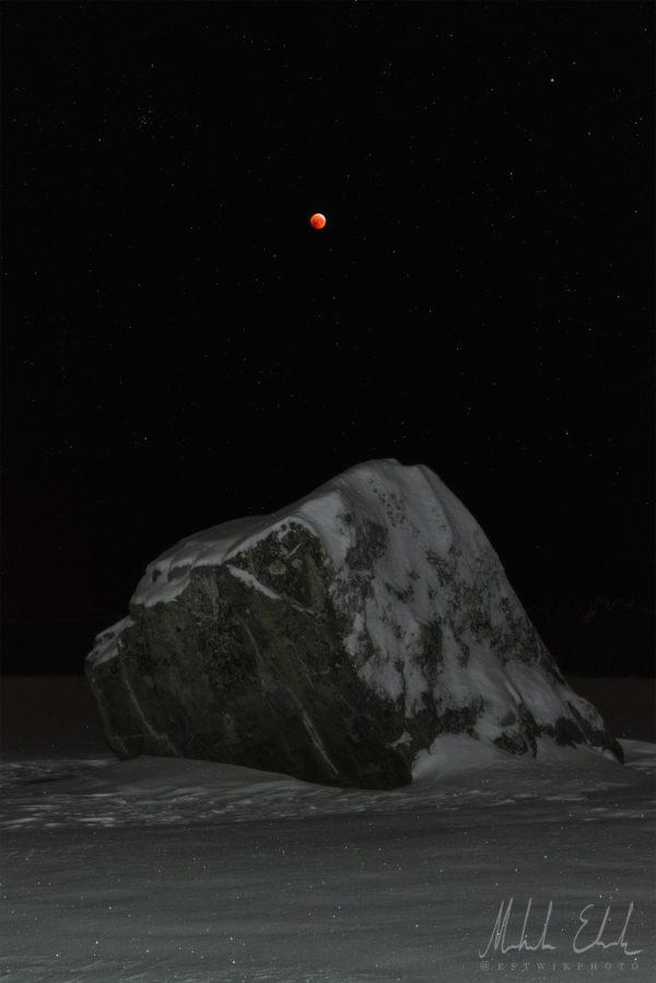 Blodmånen och ett flyttblock från senaste istiden